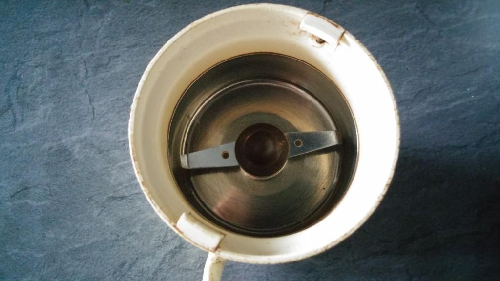 Starší mlynček na kávu